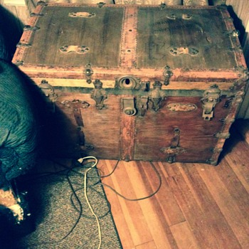 Any body inform me about this trunk? Striped moldy cloth off it says seward trunk & bag co petersburg. va - Furniture