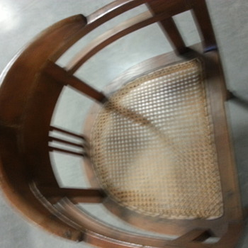 horseshoe back vintage chair - help!! anyone familiar with this any info.  - Furniture