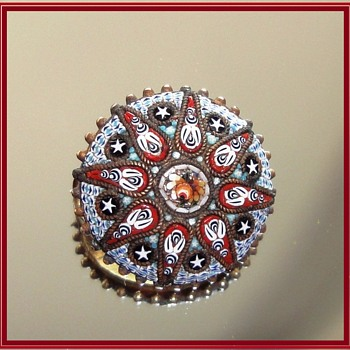 Round Micro Mosaic brooch depicting stars and flowers. - Fine Jewelry