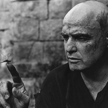 Great pic of Marlon Brando fascinated by a Dragonfly -Apocalipse Now set. - Movies