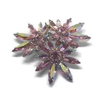 "Sherman ""Triple Flower"" unsigned brooch Pink. - Costume Jewelry"