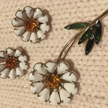 Weiss Daisy Flower Brooch and Earring Parure's in both Milk and Yellow Glass - Costume Jewelry