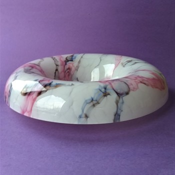 Rare Colors On A Large Shallow Glass Bowl, Ruckl Catalog Line Art Focus On Light Colored Marbled Decors - Art Glass