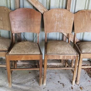 CAN ANYONE HELP IDENTIFY THESE CHAIRS - Furniture