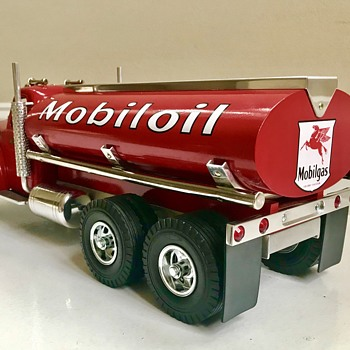 Smith Miller mobiloil tanker. 1958 Mack truck B61 model.  - Model Cars