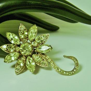 Vintage Weiss Flower Brooch - Costume Jewelry