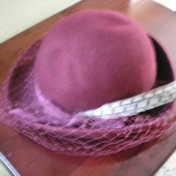 Old maroon women's hat with 2 feathers and veil - Hats