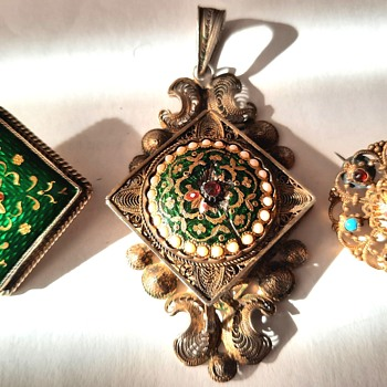 Rare Bourg-en-Bresse Antique Enamel locket and two Brooches  - Fine Jewelry