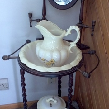 Antique wash stand with pitcher and basin - Furniture