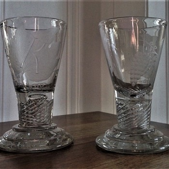Two identic firing Glasses 11,4 and 11,2cm high with engraving around 1800 - Art Glass