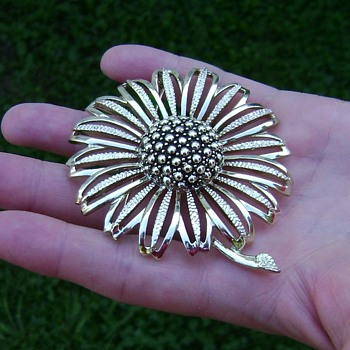 Vintage Sarah Coventry Brooch - Daisy Mae - Costume Jewelry