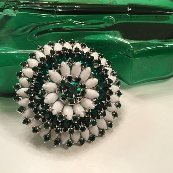 EMERALD GREEN & MILKGLASS BROOCH - Costume Jewelry