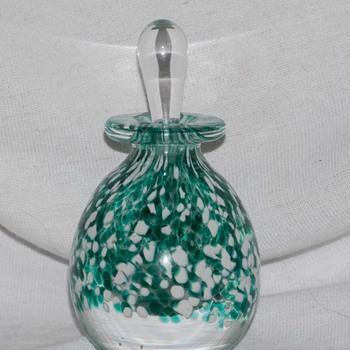Who made this perfume bottle. I finally got a nice close up of the signature. - Art Glass