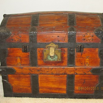 Dome top trunk Scalloped edges   - Furniture