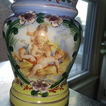 Glass vase with cherubs - Art Glass