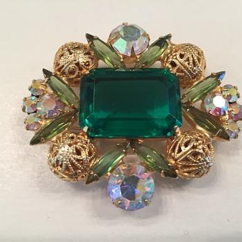 D & E EMERALD GREEN FILIGREE BROOCH - Costume Jewelry