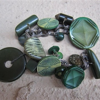 Green bakelite and celluloid button charm bracelet - Costume Jewelry