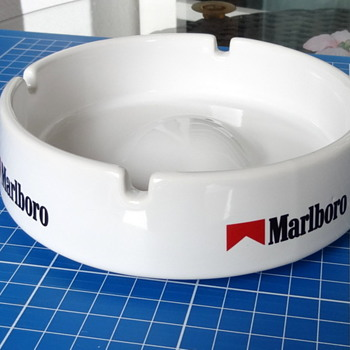 A very nice NoS Marlboro ceramic ashtray - Tobacciana