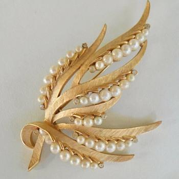 Vintage Trifari Pearl Brooch - Gems of the Sea - Costume Jewelry