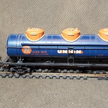 Athearn HO 3 Dome Tanker Union 76 Oil Company 40' Car - Model Trains