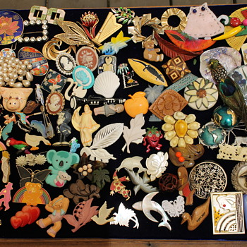 Brooches in large volumes but little value (part 2 of 2) - Costume Jewelry