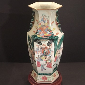 Chinese Famille Rose porcelain vase early 19th century Jiaqing-Daoguang.