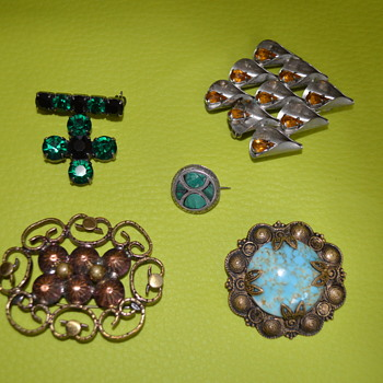 Medley of vintage brooches - Costume Jewelry