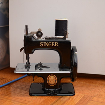 Singer toy sewing machine - early 50s? - Sewing