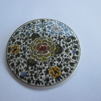 porcelain brooch signed by Paul van Dort - Costume Jewelry