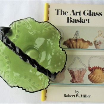 Cute Czech Kralik Glass Basket & Amusing American Booklet 1987 - Art Glass