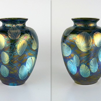 A tale of two signed Loetz Phänomen Genre 1/215 vases. - Art Glass