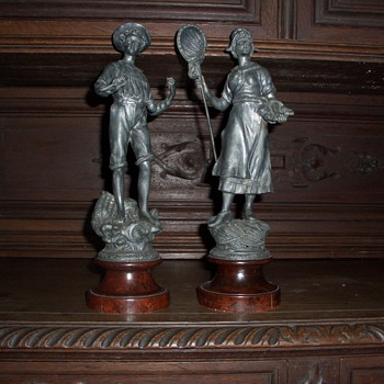 Man and woman metal statues - Figurines