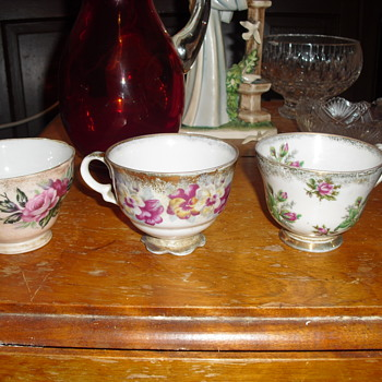 Three flowery tea cups - Asian