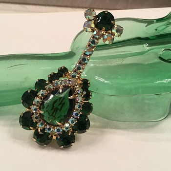 D & E EMERALD LUTE..now I'm ready for Christmas! - Costume Jewelry