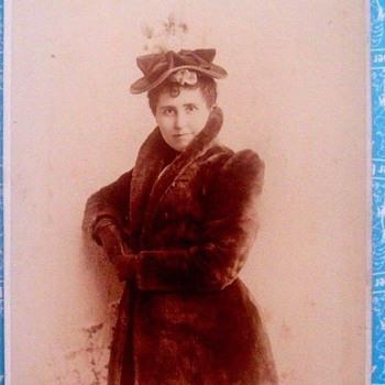 1900 LADY IN STYLISH FUR JACKET! IS THAT MINK??