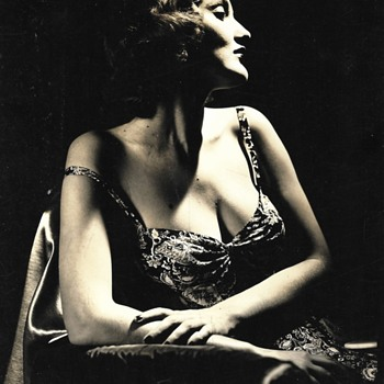 Who is this seductive actress? - Photographs