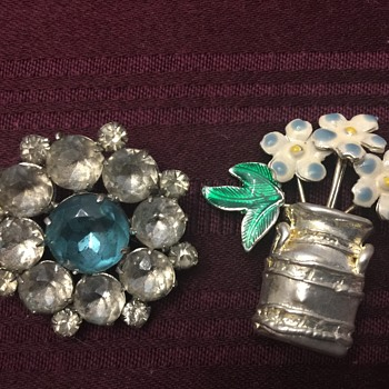 Two brooches - Costume Jewelry