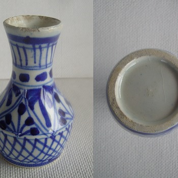 Small 9.5 cm high blue and white porcelain vase. From where and when ? - Asian