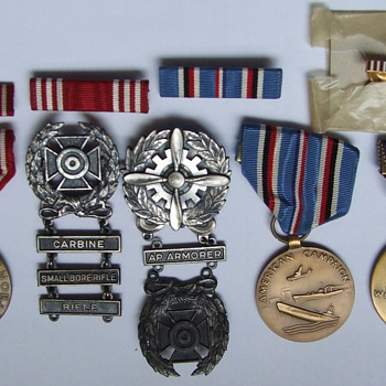 nice little collection of WW II Service Medals. - Military and Wartime