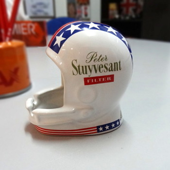 Peter Stuyvesant American football ashtray. - Tobacciana