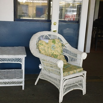 White wicker lounge chair. - Furniture
