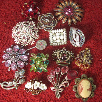 Great collection of Vintage Costume Brooches - Costume Jewelry
