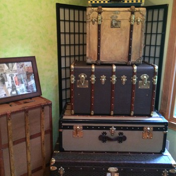 5 Malle French Trunk stack and one on the side - Furniture