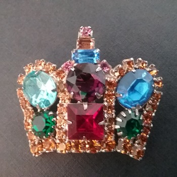 Capri crown brooch  - Costume Jewelry