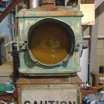 VINTAGE TRAFFIC CAUTION LIGHT  - Signs