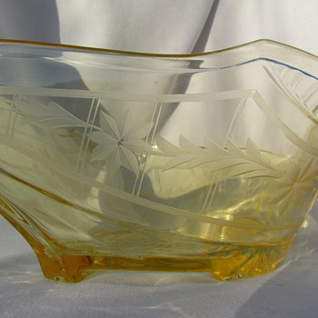 Can anyone identify this bowl? - Glassware