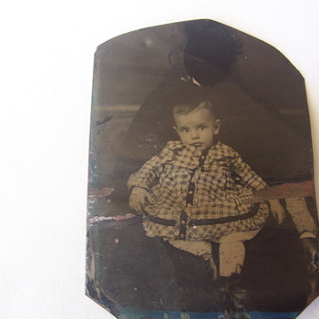 CIVIL WAR ERA TIN TYPE BLACK  NANNY HOLDS CHILD SHE 'S HIDDEN,BUT HER ARM IS EXPOSED. - Photographs