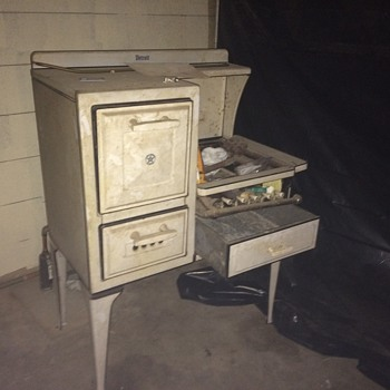 Detroit antique gas stove please (we think is possibly from 1929-1939 not positive) looking for  make,  model, and worth