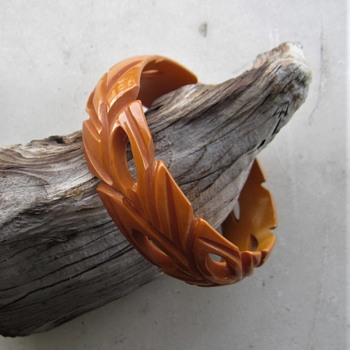 Carved leaves bakelite bangle in dark butterscotch color - Costume Jewelry