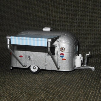 Greenlight Collectibles Hitched Homes Series 5 Airstream 16' Bambi With Awning Circa Now - Model Cars